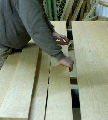 Zusammenstellung des Holzes einer Tischplatte
