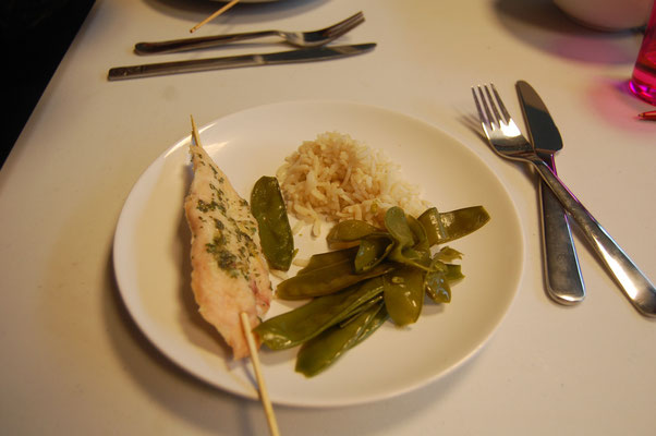 Brochette satay, légumes croquants et riz