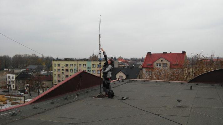 Gienek SQ9HZM demontuje nieczynne anteny.
