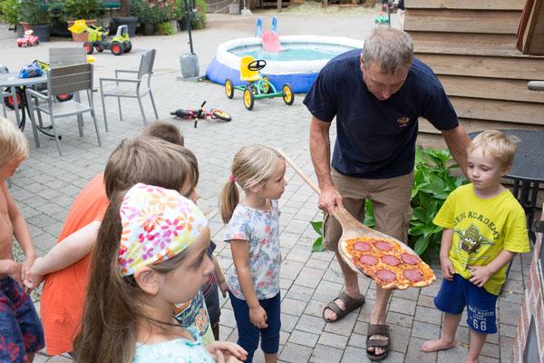 Unser Bonbon: Hausgemachte Pizza aus dem Holzofen