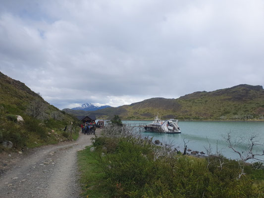Start am Lake Pehue - wieviele Menschen passen in einen Katamaran?