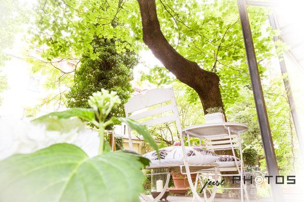 Auftragsarbeit für Lifestyle- und Erlebniswelt PANTA RHEI: Aussenbereich [ Terrasse ] im Grünen mit Tisch/Stühlen