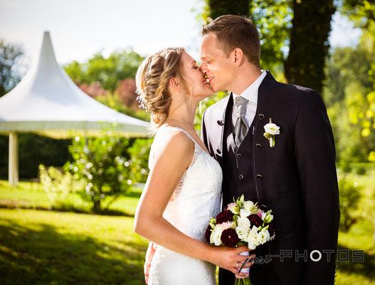 Hochzeit [ Brautpaar-Shooting, Brautpaar küsst sich | Seerestaurant Marina, Bernried, Starnberger See ]