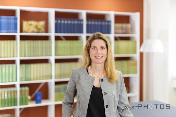 Business-Portrait [ Anwaltskanzlei - im Hintergrund Bibliothek ]