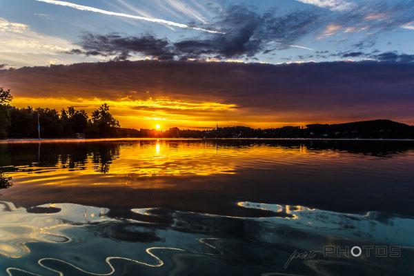 Sonnenaufgang  am Wörthsee mit extremen Farben und Spiegelungen