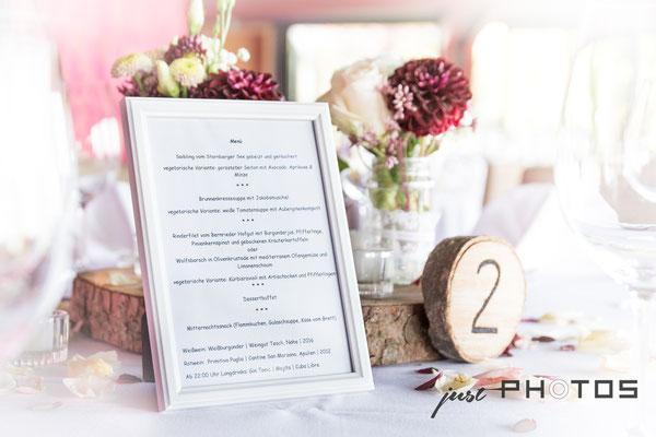 Hochzeit [ Tisch-Dekoration | Menue-Karte, Hochzeitsmenue umramt von Blumen und Dekoration ]