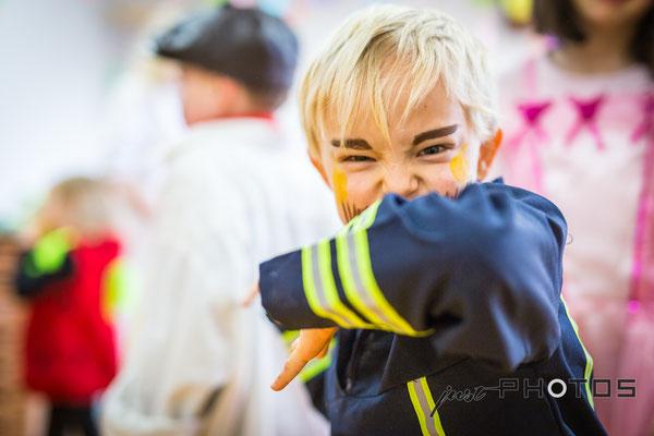 Kindergarten   Fasching - Junge als Feuerwehrmann verkleidet