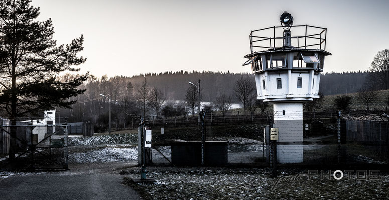 Mödlareuth - deutsch-deutsches Museum mit Wachturm bzw. Beobachtungsturm und Grenzzaun auf Gebiet der ehemaligem DDR an der Grenze zu Thüringen