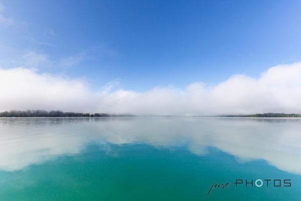 Nebelstimmung am Wörthsee (Nebelwand lichtet sich, der blaue Himmel spiegelt sich im türkisen Wasser)