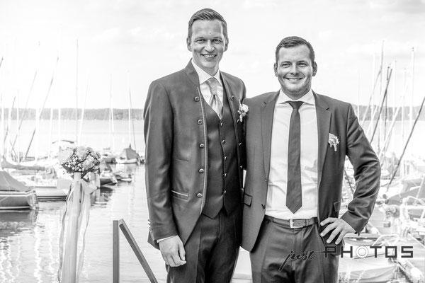 Hochzeit [ Bräutigam und Trauzeuge in schwarzweiss | sw; Seerestaurant Marina, Bernried, Starnberger See ]