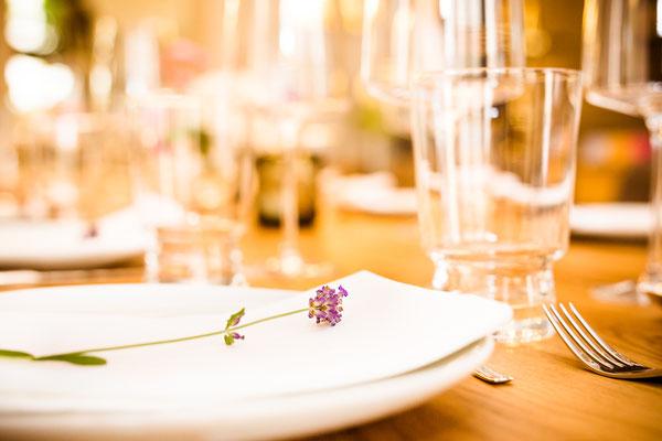 Auftragsarbeit für Lifestyle- und Erlebniswelt PANTA RHEI: Gedeckter Tisch mit Dekoration [ im Vordergrund Teller mit Lavendelblüte ]