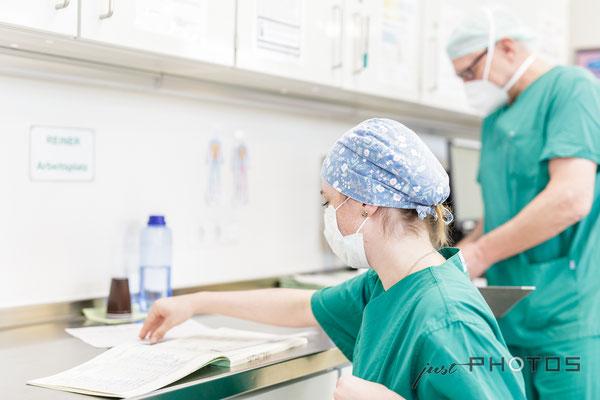 Klinikpersonal bei der Arbeit  [ Benedictus Krankenhaus ]