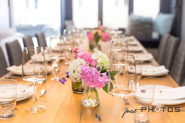 Auftragsarbeit für Lifestyle- und Erlebniswelt PANTA RHEI: Eingedeckter Tisch mit Blumen [ Hortensien ]