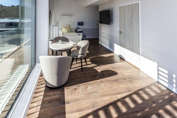 Auftragsarbeit für Benedictus-Krankenhaus Tutzing: Patienten-Suite mit Bett, TV und Sesseln
