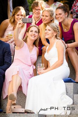 Hochzeit [ Braut und Freundinnen machen Selfie ]