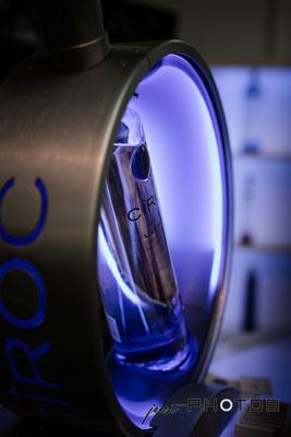 Violett (lila) beleuchtete Wodkaflasche auf der Finest Spirits (Messe für Whisky und Spirituosen)