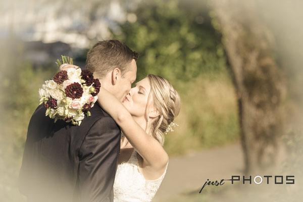 Hochzeit [ Brautpaar-Shooting, Brautpaar küsst sich; Seerestaurant Marina, Bernried, Starnberger See ]