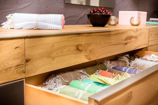 Auftragsarbeit für Lifestyle- und Erlebniswelt PANTA RHEI: Holz-Sideboard ; offene Schublade mit Stoffservietten