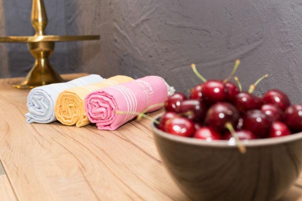 Auftragsarbeit für Lifestyle- und Erlebniswelt PANTA RHEI: Schale mit Kirschen und Stoffservietten