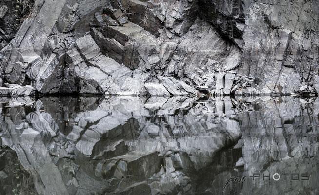 Felsstruktur spiegelt sich im Wasser
