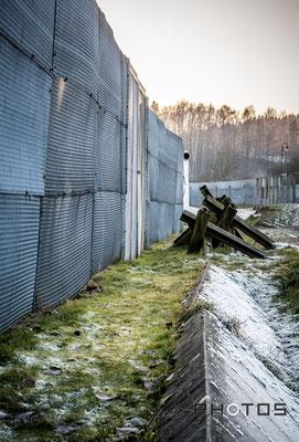 Mödlareuth - deutsch-deutsches Museum mit Grenzzaun und Autosperren auf Gebiet der ehemaligem DDR an der Grenze zu Thüringen