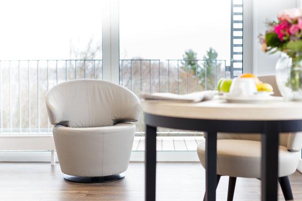 Auftragsarbeit für Benedictus-Krankenhaus Tutzing: Patienten-Suite mit Sessel und Tisch