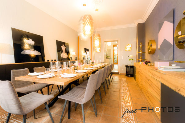 Auftragsarbeit für Lifestyle- und Erlebniswelt PANTA RHEI: Raum mit eingedecktem Tisch