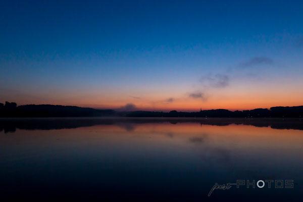 Sonnenaufgang am Wörthsee - die Sonne ist noch nicht zu sehen, taucht aber Steinebach schon in leuchtende Farben