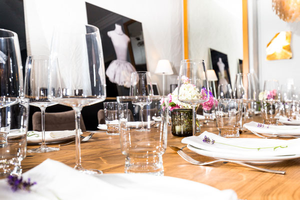Auftragsarbeit für Lifestyle- und Erlebniswelt PANTA RHEI: Eingedeckter Tisch mit verschiedenen Gläsern