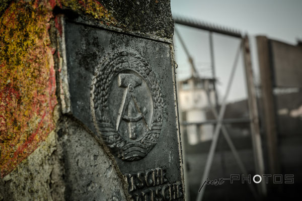 Mödlareuth - Grenzstein der ehemalige DDR mit Hammer und Lorbeerkranz