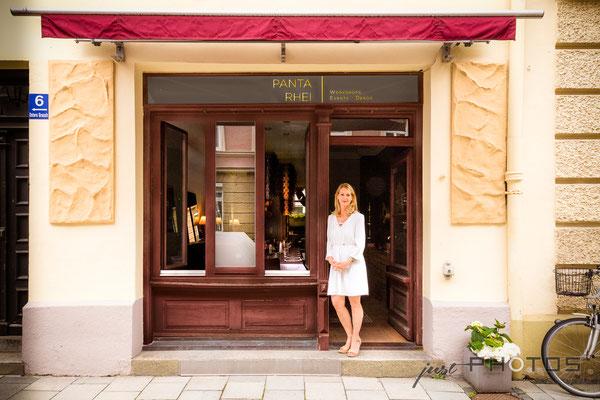Auftragsarbeit für Lifestyle- und Erlebniswelt PANTA RHEI: Eingang | Schaufenster mit Inhaberin