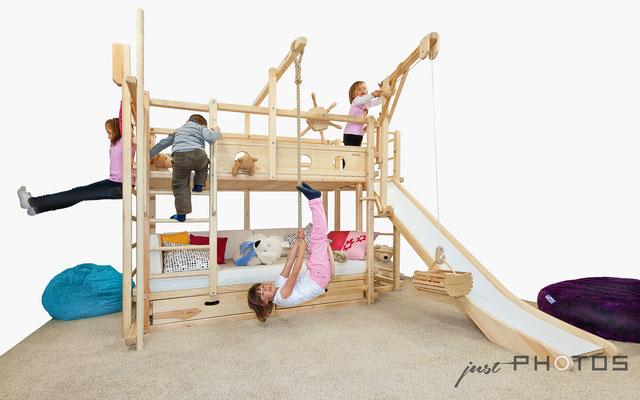 Auftragsarbeit für HEIPAS: Spielbett | Abenteuerbett aus Holz mit Kran, Leiter und Schaukelteller mit spielenden Kindern