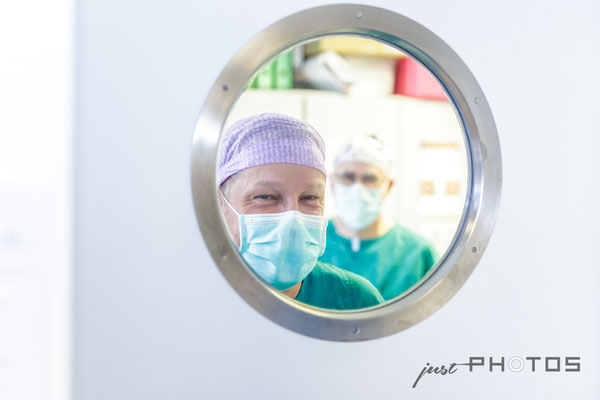 OP - Ärzte blicken durch Bullauge in der Tür [ Benedictus Krankenhaus ]