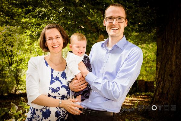 Familienporträt im Garten [ Mutter, Vater, Baby ]