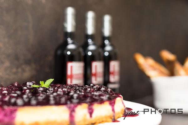 Auftragsarbeit für Lifestyle- und Erlebniswelt PANTA RHEI: Blaubeer-Kuchen mit Rotweinflaschen im Hintergrund [ Küche ]