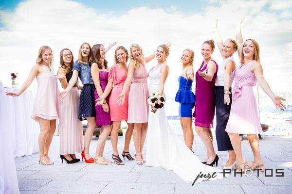 Hochzeit [ Braut mit einer Gruppe von Freundinnen | Posing gegen blauen Himmel | Seerestaurant Marina, Bernried, Starnberger See ]