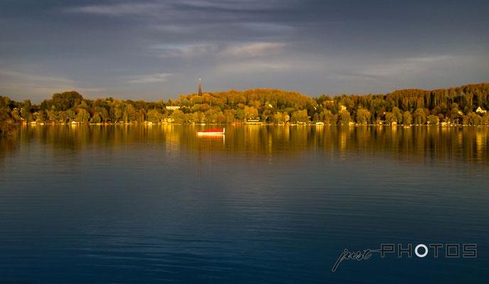 Steinebach am Wörthsee in der Abendsonne - Rotes Ruderboot im See