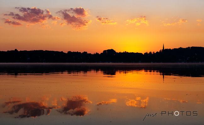 Sonnenaufgang am Wörthsee - Wolken spiegeln sich im Wasser