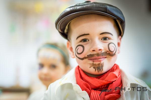 Kindergarten   Fasching - Junge verkleidet als Maler (Künstler) mit aufgemaltem gezirbelten Bart