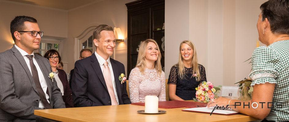 Hochzeit [ Standesamt Wersonhaus Gilching | Trauungszeremonie mit Standsbeamtin und Trauzeugen ]