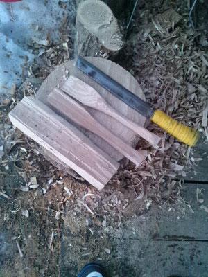 タモの枝を鉈で斫って木べら形へと