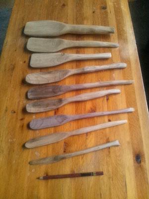 ホオの木で作った木べらとナイフ