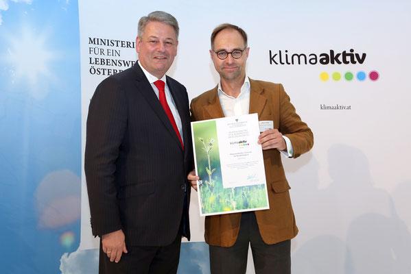 Überreichung Auszeichnung: v.l.n.r. DI Andrä Rupprechter (Bundesministers für Land-, Forst-, Umwelt und Wasserwirtschaft.), Dr. Markus Bürger (Vorsitzender Österreichisches Zentrum für Nachhaltigkeit