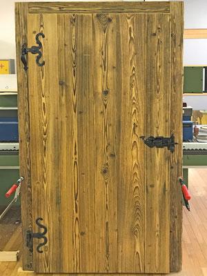 Zimmertüre mit den originalen alten Beschlägen - ein ein echtes, altes, restauriertes Riegelschloss