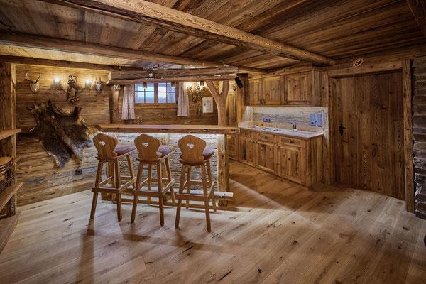 ...dahinter ein kleiner Küchenteil mit den nötigen Geräten