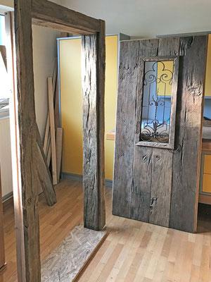 Die Eichentüre mit altem Schmiedeeisengitter ist für den Weinkeller -alles aus original Altholz