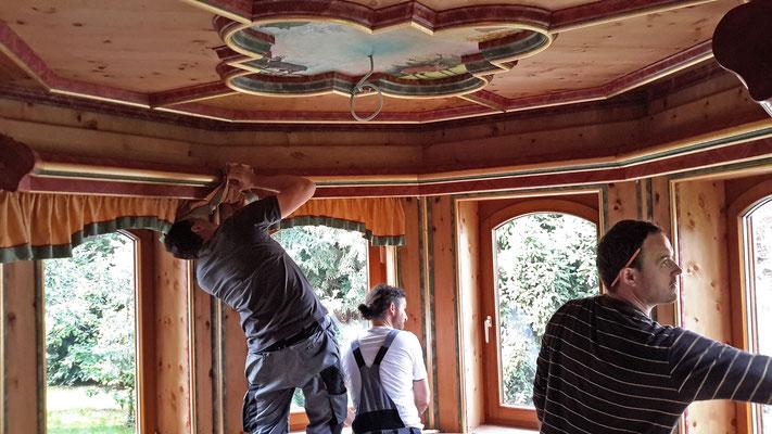 Der Erker ergänzt mit passenden Lampen, Sitzkissen, geschmiedeten Vorhangstangen undVorhängen an den Fenstern