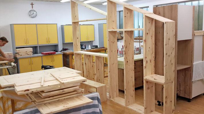 der Zusammenbau des Konstruktionsgerippes der Kästen im Schlafzimmer.