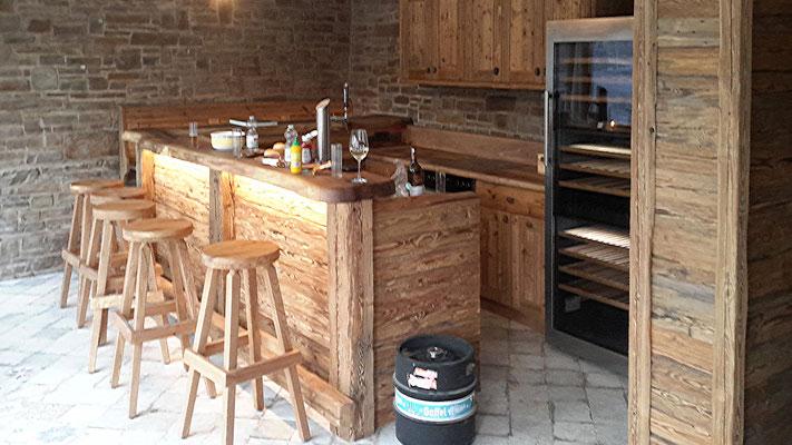 Die Thekenstube mit Bar und Küchenteil.