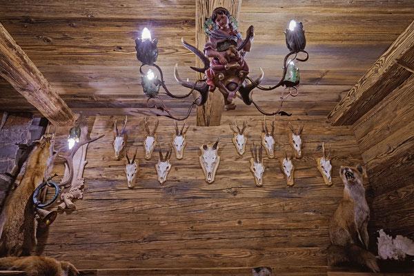 Jagdtrophäen an der Wand ein passender, origineller Luster